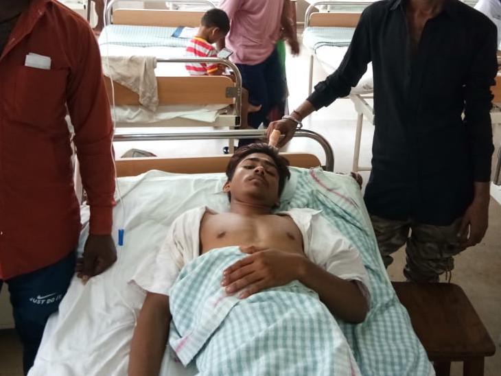 ઈજાગ્રસ્ત યુવાનોને સિવિલ હોસ્પિટલ ખાતે સારવાર અર્થે ખસેડાયા - Divya Bhaskar