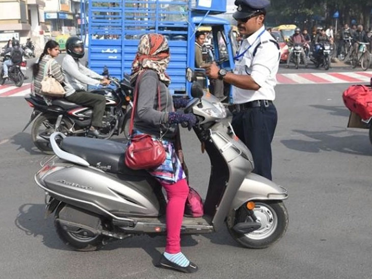 ત્રણ સવારી જતી મહિલાને પોલીસે રોકી તો ચંપલ ઉગામી ટ્રાફિક જામ કર્યો| - Divya Bhaskar