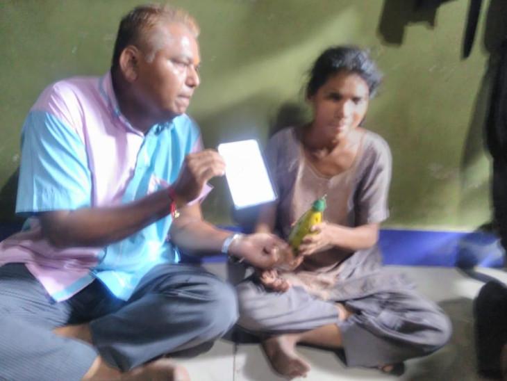 આણંદમાં રમકડા દ્વારા બાળકોને ત્રણેય ભાષામાં શિક્ષણ આપતા અનોખા શિક્ષક આણંદ,Anand - Divya Bhaskar