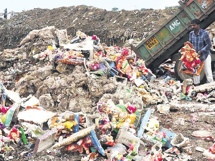 મૂર્તિ ભરેલા 25 ટ્રેક્ટર પીરાણા પાસે ઠાલવી ઉપર કચરો પાથરી દેવાયો| - Divya Bhaskar