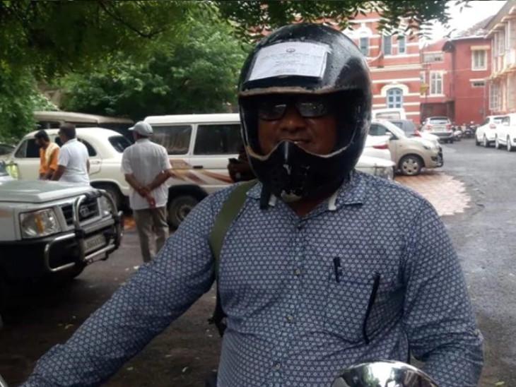 વડોદરાના વ્યક્તિએ મોટર વ્હીકલ એક્ટને લઈને પોતાનાં હેલ્મેટ પર બાઈકના ડોક્યુમેન્ટ ચોંટાડી દીધા  - Divya Bhaskar