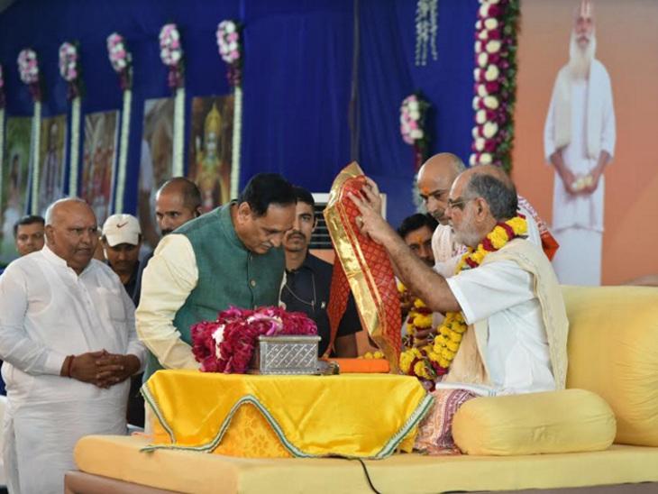 સીએમને ફૂલનો હાર પહેરાવી સ્વાગત કરાયું - Divya Bhaskar