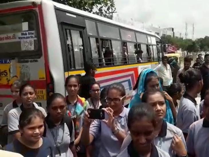 ખામટા ગામે બસ સ્ટોપ પર એસટી બસ ઉભી રહેતી ન હોય 150 વિદ્યાર્થીઓનું બસ રોકો આંદોલન| - Divya Bhaskar