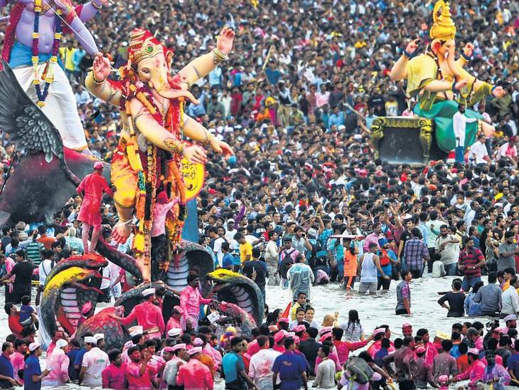 મુંબઈમાં ગણપતિની એક લાખ મૂર્તિઓનું ભવ્ય વિસર્જન કરાયું, ગુજરાતમાં  હેલમેટ પહેરી ગણપતિ પ્રતિમાઓનું વિસર્જન કરાયું|મુંબઇ,Mumbai - Divya Bhaskar