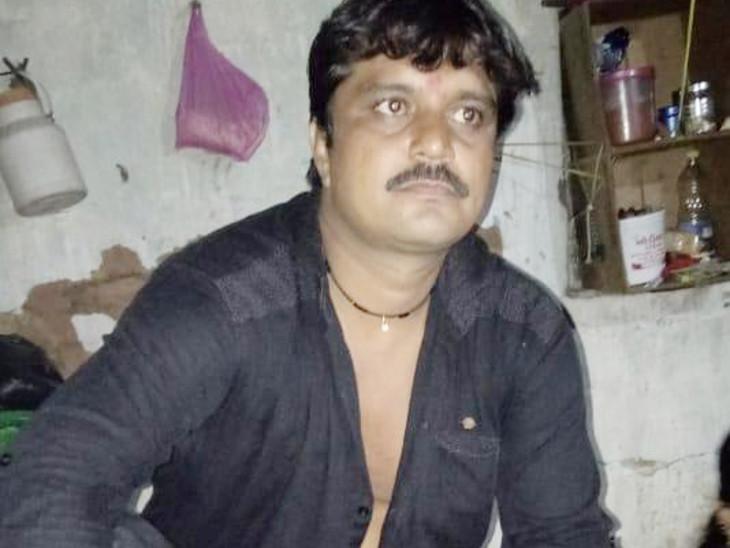બાઇક આડે ગાય ઉતરતા ફંગોળાવાથી ફ્રુટના વેપારીનું મોત, ભાઇએ કહ્યું હેલ્મેટ પહેર્યું હોત તો ભાઇ બચી જાત|ઈન્ડિયા,National - Divya Bhaskar