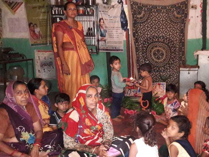 નાથવાસમાં આંગણવાડીના બાળકો ખાનગી મકાનમાં બેસવા મજબૂર હિંમતનગર,Himatnagar - Divya Bhaskar