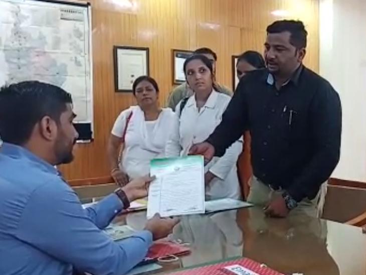 હિંમતનગરમાં ઓનલાઈન ડેટા એન્ટ્રી મુદ્દે કર્મચારીઓએ હેલ્થ ઓફિસરને આવેદન આપ્યું હિંમતનગર,Himatnagar - Divya Bhaskar