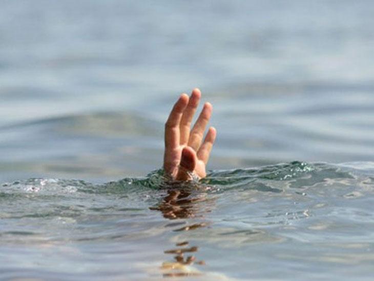 ખેરવામાં ત્રણ મહિનાની પુત્રીને તળાવ કિનારે મૂકી માતાએ તળાવમાં પડતું મૂક્યું, શોધખોળ|મહેસાણા,Mehsana - Divya Bhaskar