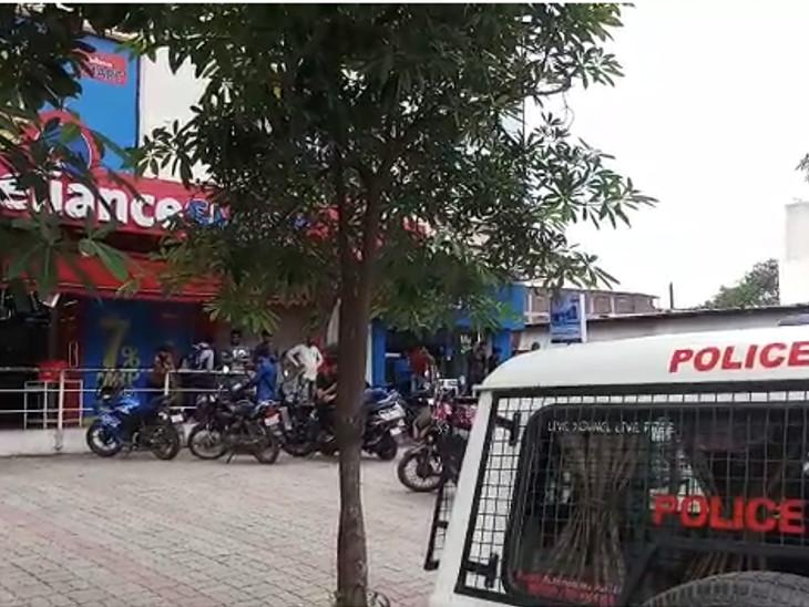 ચોકબજાર વિસ્તારમાં બે ગેંગ વચ્ચે વોરમાં ગોડીઓની તોડફોડ થતાં પોલીસે તપાસ આદરી|સુરત,Surat - Divya Bhaskar