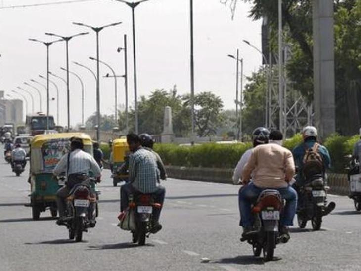 સરકારનો આદેશ હોવા છતાં ટ્રાફિક પોલીસે હેલ્મેટ વિનાના 704 વાહનચાલકોને દંડ્યા| - Divya Bhaskar