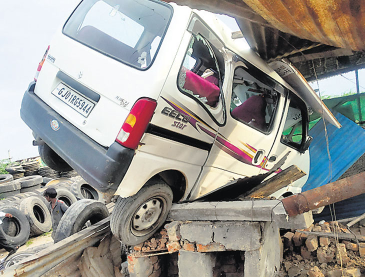 ઇકો ચાલકે કાબુ ગુમાવતા બે વ્યક્તિને ઈજા, હોટલની 5 ફૂટ ઊંચી ભઠ્ઠી પર ઈકો ચડી ગઈ|હારિજ,Harij - Divya Bhaskar