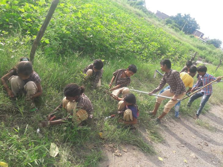 4 દિવસથી શાળાએ નહીં જતા છાત્રોએ અંતે મજૂરી શરૂ કરી, શું આમ જ ભણશે ગુજરાત..? સુરેન્દ્રનગર,Surendranagar - Divya Bhaskar