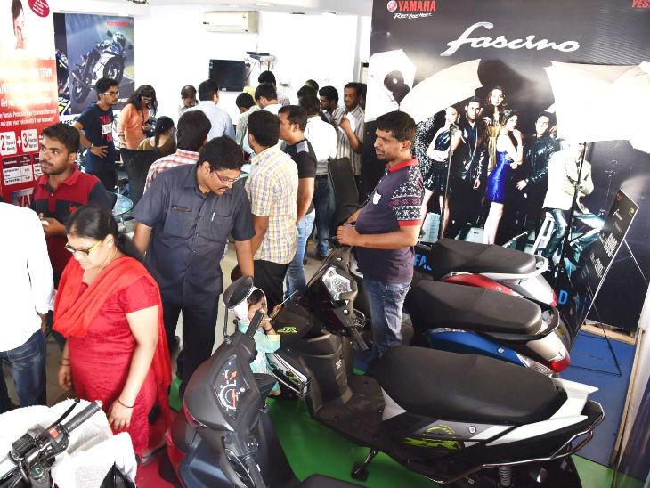 ઓટોમોબાઇલ કંપનીઓના શોરૂમ પર લોકોનો ધસારો, વેચાણ વધારવા ટૂ વ્હીલર કંપનીઓએ ધમાકેદાર ડિસ્કાઉન્ટ ઓફર્સ કાઢી ઓટોમોબાઈલ,Automobile - Divya Bhaskar