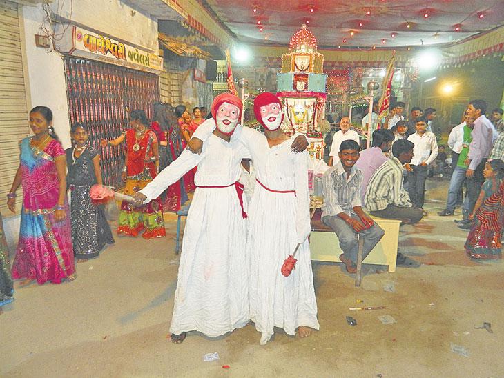 નવરાત્રીમાં યુવાનોમાં વાણિયા બનવાની પરંપરા પાટડી,Patdi - Divya Bhaskar