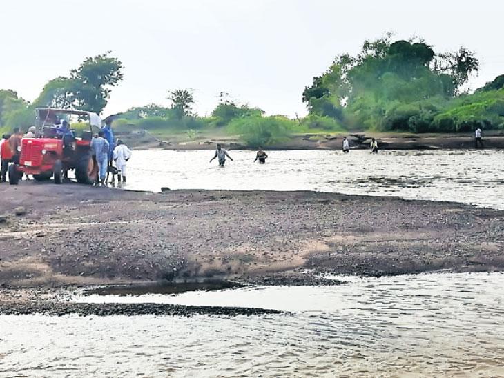 સમઢીયાળાના નદીકાંઠે 4 દિવસ સુધી 1 પરિવારના 9 સભ્યો ફસાતા રેસ્ક્યૂ લીંબડી,Limbadi - Divya Bhaskar