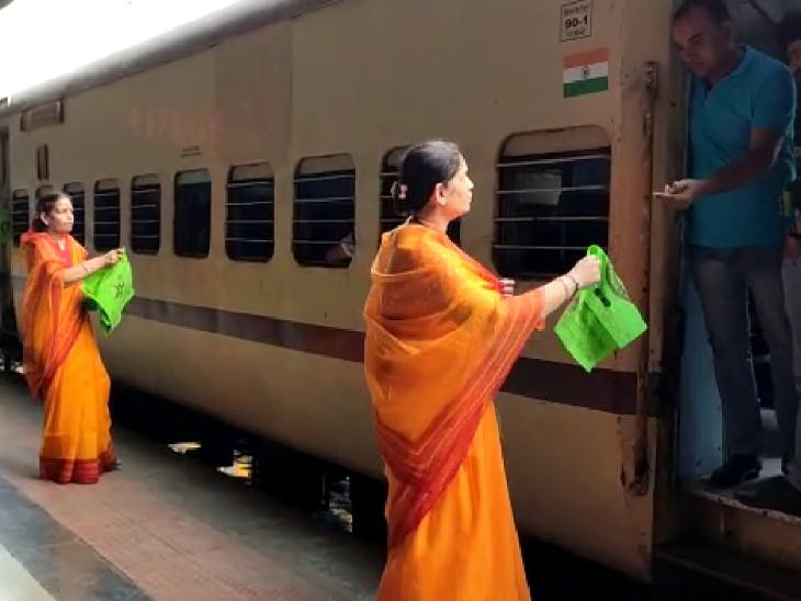 પ્લાસ્ટિક પર પ્રતિબંધના સમર્થનમાં મહિલાઓ, રેલવે સ્ટેશન પર કાપડની થેલીનું વિતરણ કર્યું|સુરત,Surat - Divya Bhaskar