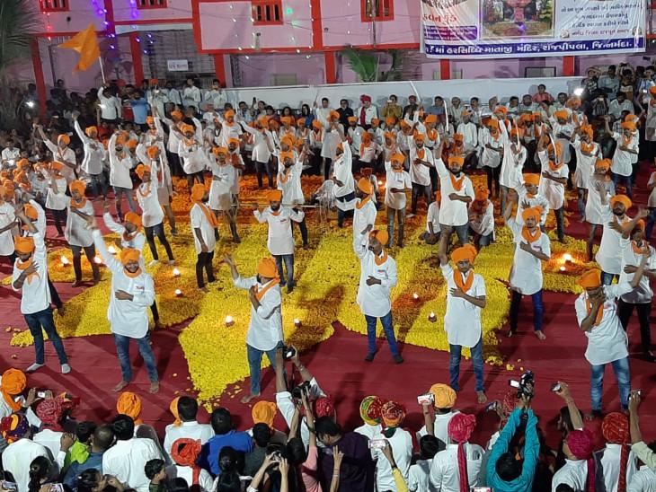 રાજપીપળામાં હરસિદ્ધિ માતાનાં મંદિરે 200 રાજપૂત યુવાનોએ તલવારના કરતબો સાથે મહાઆરતી કરી|ઈન્ડિયા,National - Divya Bhaskar
