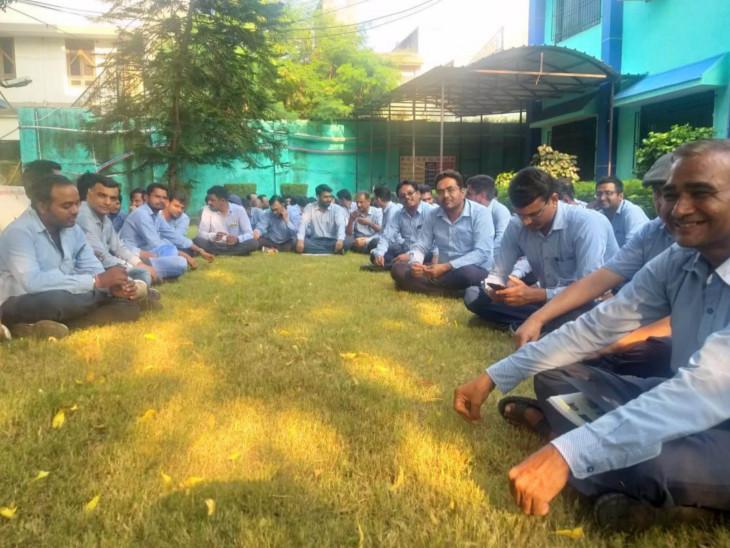 પીજીવીસીએલના ઈજનેરની બદલીના વિરોધમાં 100થી વધુ કર્મીઓની હડતાળ, કચેરીમાં જ રામધૂન બોલાવી|ઈન્ડિયા,National - Divya Bhaskar