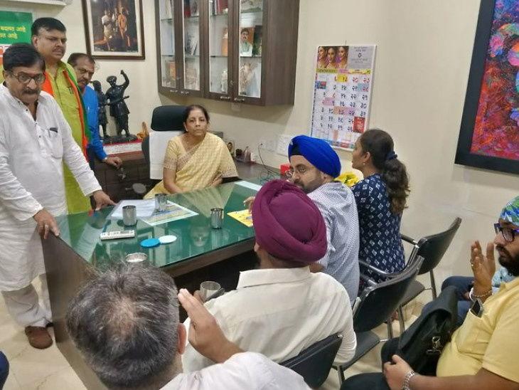 નાણાં મંત્રી નિર્મલા સીતારમણે નારાજ ગ્રાહકોની મુલાકાત કરી, કહ્યું- RBIના ગવર્નર સાથે વાતચીત કરીશ| - Divya Bhaskar