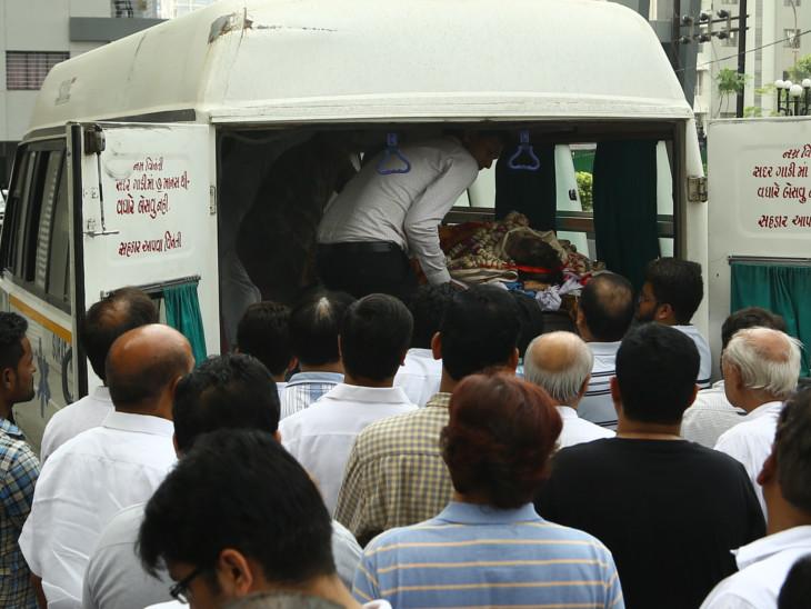 વેપારીની હત્યાના વિરોધમાં વેપારીઓએ કામકાજ બંધ રાખ્યું, અંતિમયાત્રામાં મોટી સંખ્યામાં લોકો જોડાયા|સુરત,Surat - Divya Bhaskar