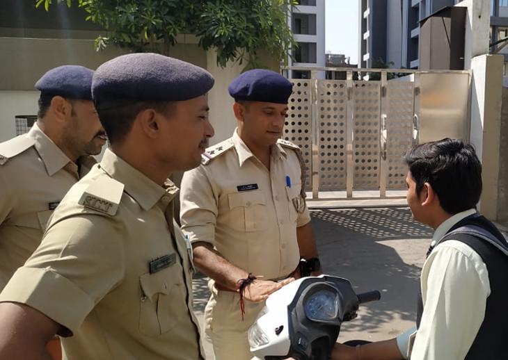 ટ્રાફિકના નિયમોને લઈને પોલીસે શાળા સંચાલકો અને વાલીઓ સામે લાલ આંખ કરી|સુરત,Surat - Divya Bhaskar