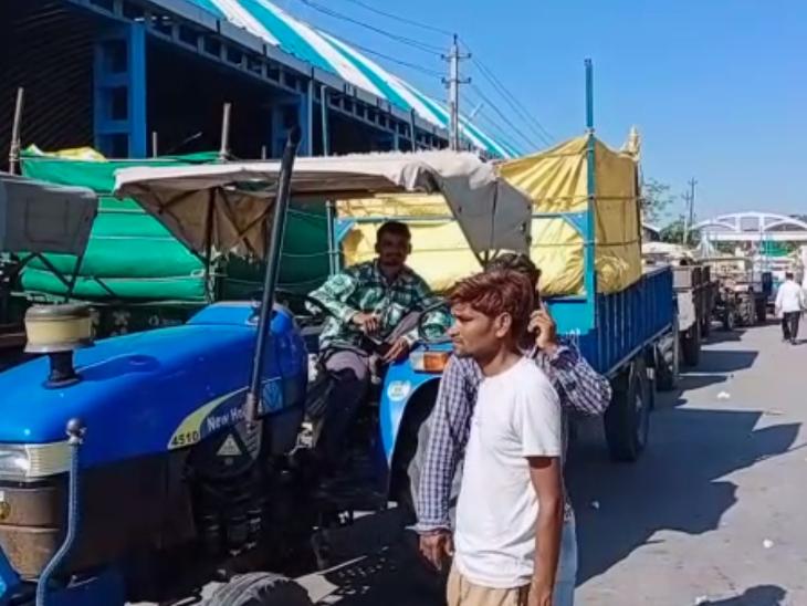 હિંમતનગર APMCમાં ત્રીજા દિવસે પણ મગફળી વેચવા ખેડૂતોનો ઘસારો, વાહનોની એક KM લાઈન લાગી હિંમતનગર,Himatnagar - Divya Bhaskar