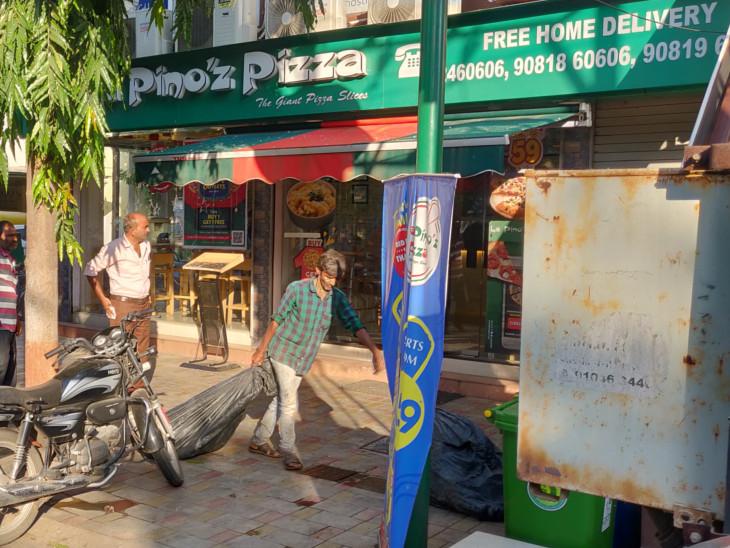 મ્યુનિસિપલ કમિશનરના બંગલા સામેથી જ કચરાનો બારોબાર થતો હતો નિકાલ, ભાસ્કરની તપાસ બાદ પિત્ઝા રેસ્ટોરન્ટના માલિકને રૂ.2000નો દંડ કરાયો|ઈન્ડિયા,National - Divya Bhaskar