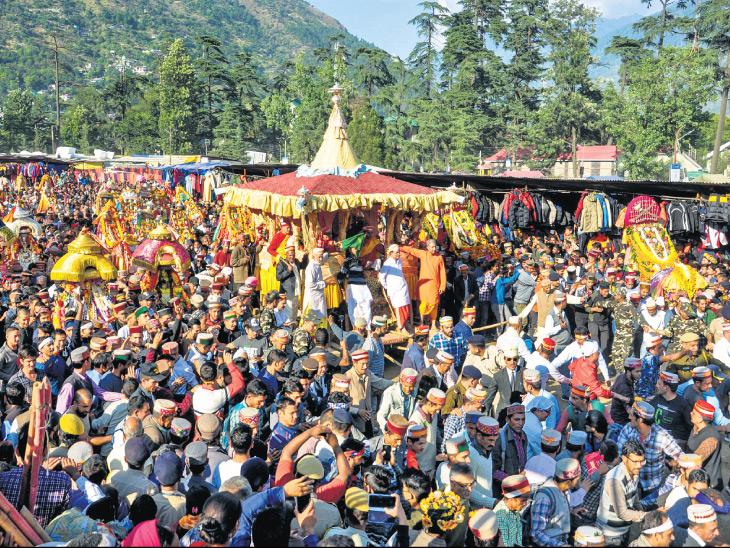 કુલ્લુમાં 2200 કલાકારોએ વિશ્વ શાંતિ માટે ચાલીસ મિનિટ દેવધૂન વગાડી, 350 દેવી-દેવતાની પૂજા કરી|ઈન્ડિયા,National - Divya Bhaskar