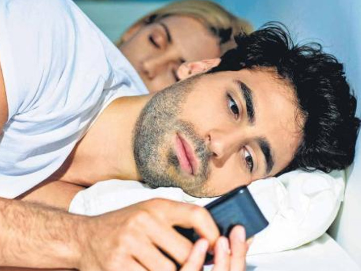 સ્માર્ટફોન અને કમ્પ્યૂટરના ઉપયોગથી ચહેરા પર અકાળે વૃદ્ધાવસ્થા દેખાય છે હેલ્થ,Health - Divya Bhaskar