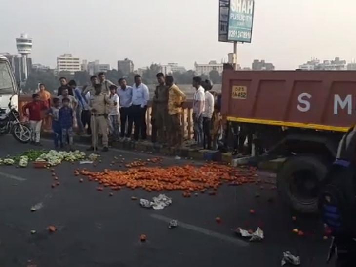રસ્તા પર શાકભાજી વેરણ છેરણ થયા બાદ પાલિકની ટીમે તેને હટાવવાની કામગીર કરી હતી. - Divya Bhaskar