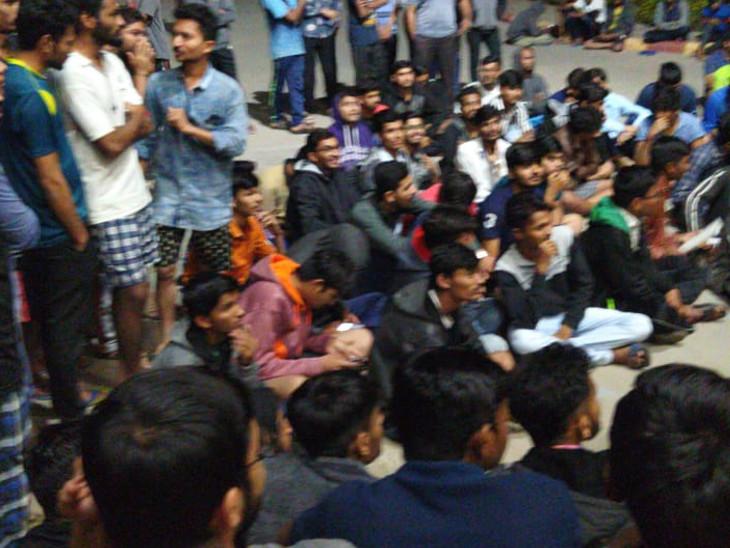 150 જેટલાં વિદ્યાર્થીઓ ધરણાં પર બેઠાં - Divya Bhaskar