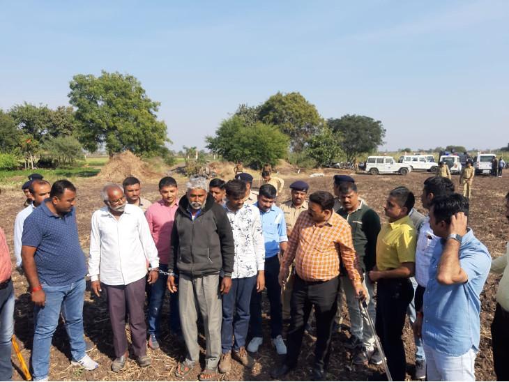 પોલીસની સામે જ કુહાડીના ઘા મારી વૃદ્ધને મોતને ઘાટ ઉતારનાર આરોપીઓ પાસે રિકન્સ્ટ્રક્શન કરાવાયું ઈન્ડિયા,National - Divya Bhaskar