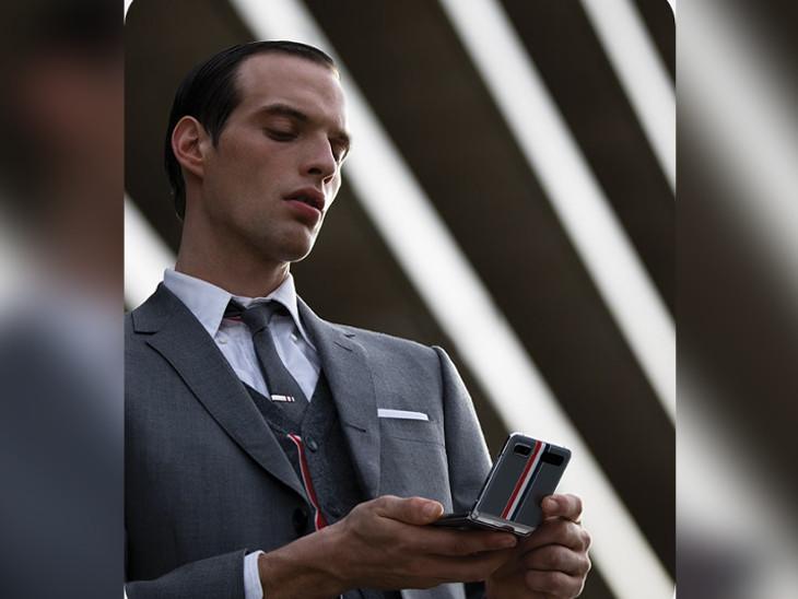 સેમસંગ કંપનીએ અમેરિકાની ફેશન બ્રાન્ડ 'થોમ બ્રાઉન'એ ડિઝાઈન કરેલો 'ગેલેક્સી Z ફ્લિપ' સ્માર્ટફોન રજૂ કર્યો|ઈન્ડિયા,National - Divya Bhaskar