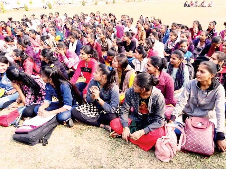 LRD પરિપત્ર સામે આંદોલન ચલાવી રહેલી મહિલાઓની ફાઈલ તસવીર - Divya Bhaskar