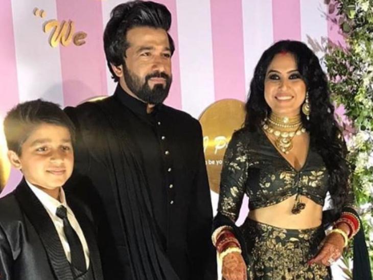 પતિ તથા સાવકા દીકરા સાથે કામ્યા - Divya Bhaskar