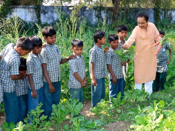 આચાર્ય નરેન્દ્રભાઇ સાથે બાળકો - Divya Bhaskar