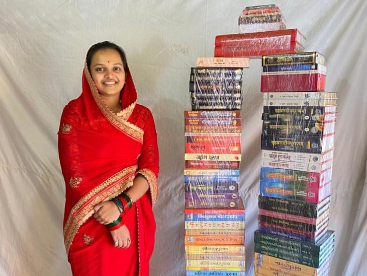 પુસ્તકો સાથે કિન્નરીબા - Divya Bhaskar
