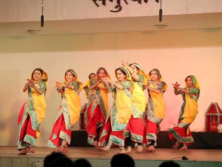 ગરવો ગિરનારની પ્રસ્તુતિ દરમિયાન કલાકારો - Divya Bhaskar