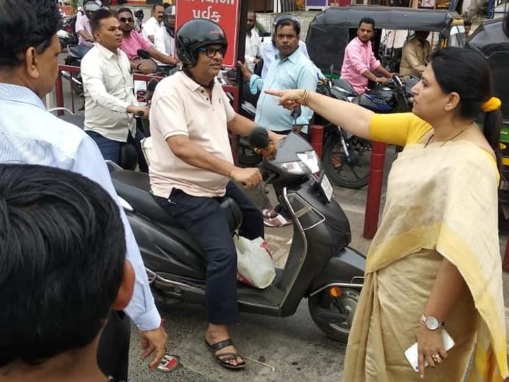 ધરણાં પહેલાં હેમાલી બોઘાવાલાએ  BRTS રૂટનું નિરીક્ષણ કર્યું - Divya Bhaskar