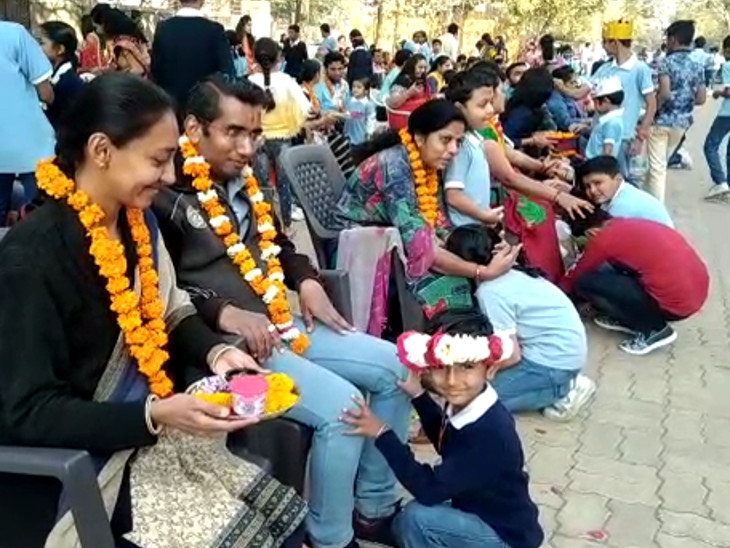 માતા-પિતાનું પૂજન કરી વેલેન્ટાઇન ડેની ઉજવણી કરવામાં આવી - Divya Bhaskar