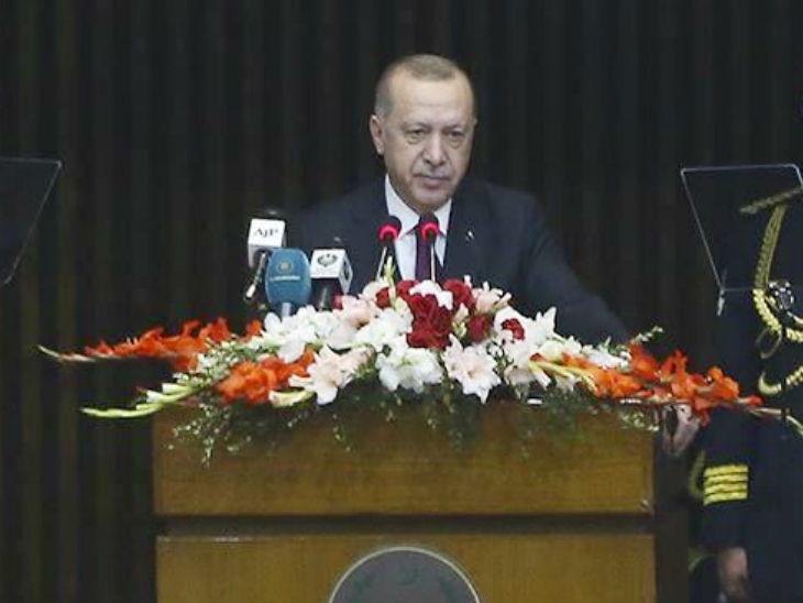 પાકિસ્તાનની સંસદમાં ભાષણ આપી રહેલા તુર્કીના રાષ્ટ્રપતિ રજબ તૈયબ અર્દોઆન - Divya Bhaskar
