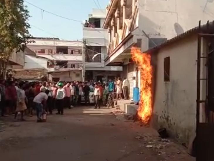 સોસાયટીમાં ગેસ પાઈપ લાઈનમાંથી આગ લાગતાં આસપાસ લોકોના ટોળાં એકઠાં થઈ ગયાં હતાં. - Divya Bhaskar