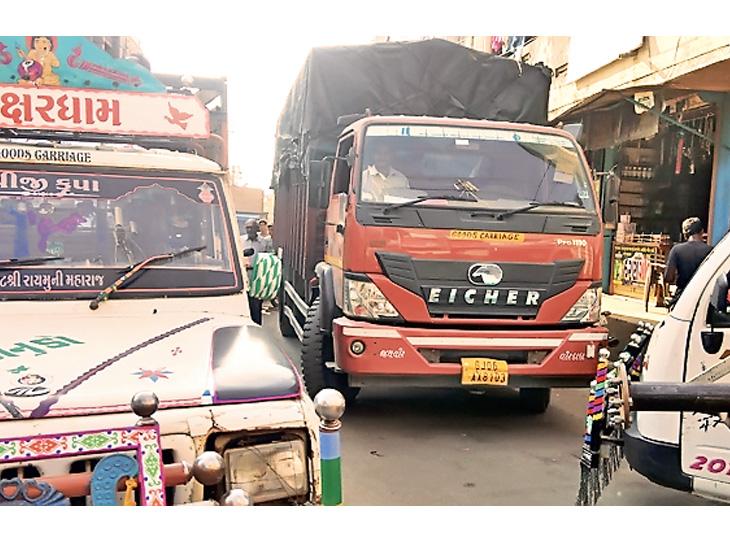એક ટ્રાન્સપોર્ટ વાળાએ ગાડી માર્ગ વચ્ચે ઉભી રાખતા ટ્રાફિક જામ થવા પામ્યો. - Divya Bhaskar