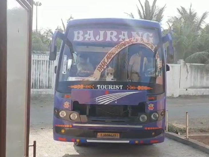 બજરંગ ટ્રાવેલ્સ નામની બસ ઉત્તરવહીઓ લઇને જતી હતી, કબ્જે કરાઇ - Divya Bhaskar