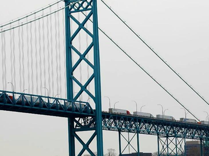 બુધવાર સાંજે અમેરિકા-કેનેડા સરહદ પર ડેટ્રોયટના એમ્બેસેડર બ્રિજથી પસાર થઈ રહ્યા છે. તેમા તબિબિ ઉપકરણ અને આવશ્યક સામગ્રી હતી