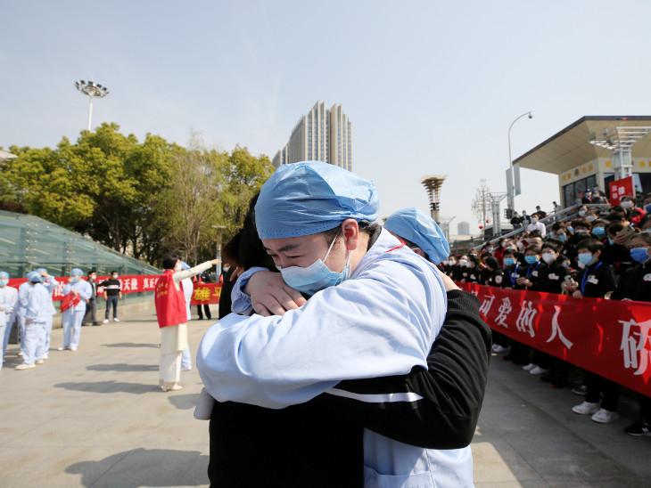 ચીનના વુહાનમાં મેડિકલ ટીમને ફેરવેલ આપવામાં આવ્યું હતું તે વેળાની તસવીર. - Divya Bhaskar