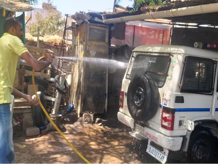 ગાંધીગ્રામ પોલીસ સ્ટેશનમાં સાફ સફાઇ કરાઇ - Divya Bhaskar