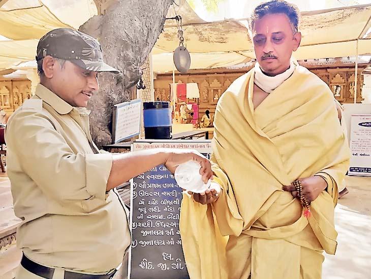 શંખેશ્વર દેરાસરમાં હાથ ધોઈ મુહકોષ બાંધ્યા બાદ પ્રવેશ, એકસાથે 4 જ પૂજા કરી શકશે - Divya Bhaskar