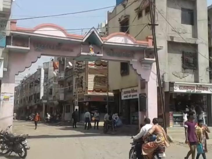 સોસાયટીના ગેટ સામે જ મહિલાના ગળામાંથી ચેઈનની ચોરી કરાઈ હતી. - Divya Bhaskar