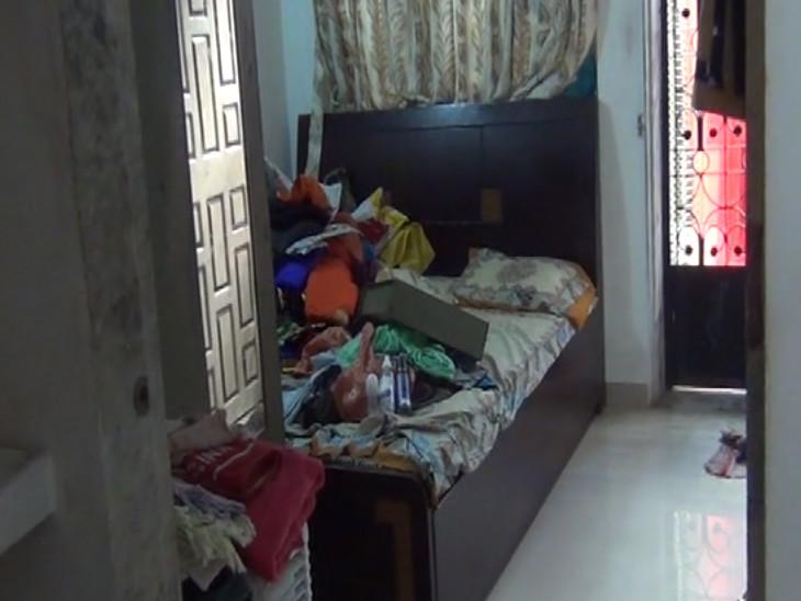 તસ્કરોએ મકાનના દરવાજાનો લોક તોડીને કબાટમાંથી ચોરી કરી હતી. - Divya Bhaskar